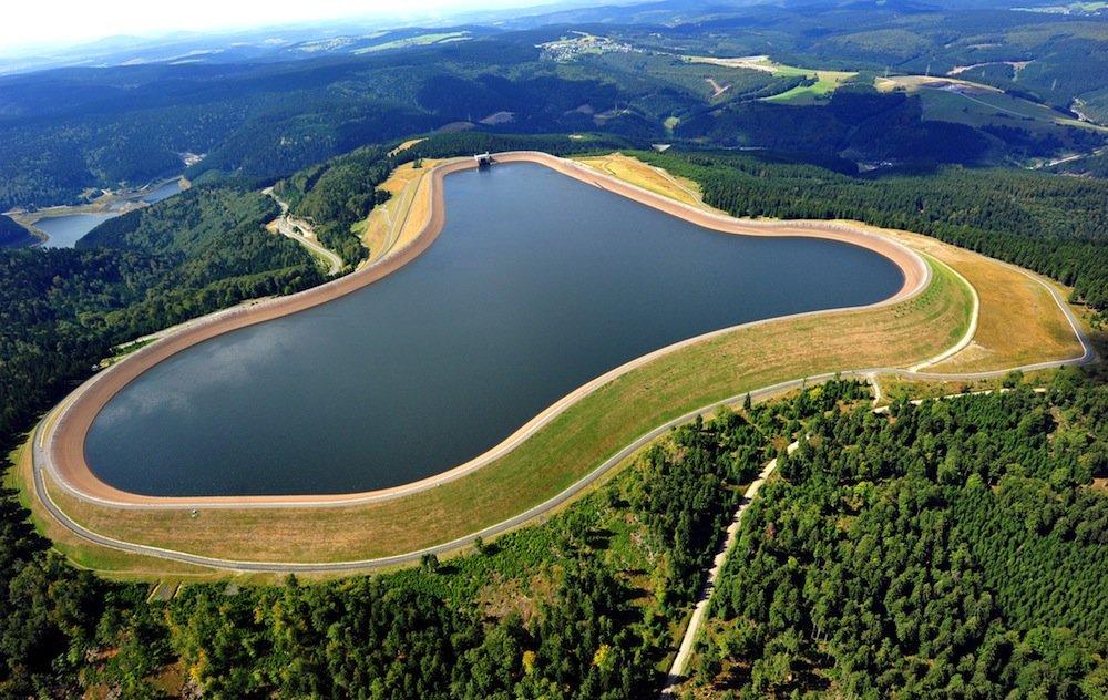 Deutschlands größtes Pumpspeicherkraftwerk im südthüringischen Goldisthal besteht seit zehn Jahren. Neu sind kleine Akkus, die selbst hergestellten Strom direkt vor Ort speichern und wieder abgeben.