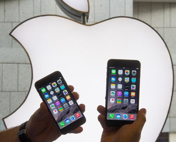 Erstmals ist es Hackern gelungen, tiefin das Herz des Betriebssystems von Apples iPhone einzudringen. Kurzfristig hat Apple ein Update entwickelt, das die Lücken schließt. Betroffen sind die iPhones ab der Version iOS 7.