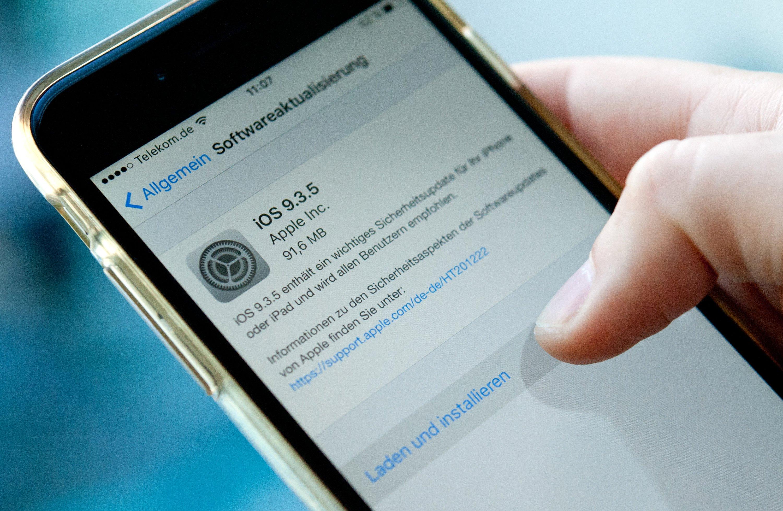 iPhone-Nutzer sollten so schnell wie möglich das Update aufspielen, das Apple derzeit anbietet. Es schließt die Sicherheitslücken, die die Schadsoftware Pegasus ausnutzt.