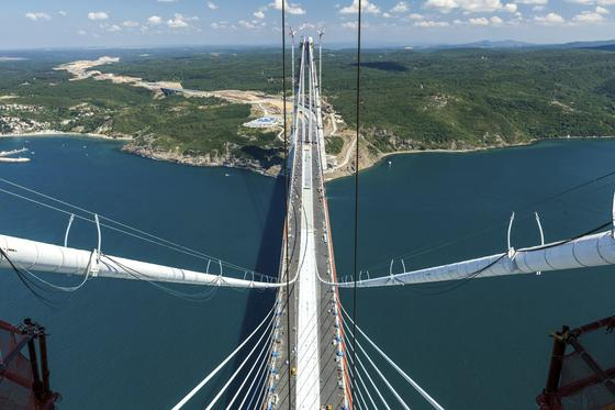 Blick von der Spitze eines Brückenpfeilers über die neueSultan-Yavuz-Selim-Brücke über den Bosporus: Sie ist die höchste und breiteste Hänge- und Schrägseilbrücke der Welt.