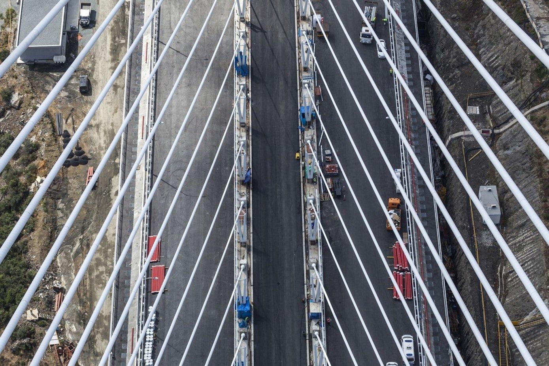 Blick auf die 59 m breite Brückenoberfläche: Links und rechts liegen die Fahrbahnen, in der Mitte ist Platz für den Bahnverkehr.