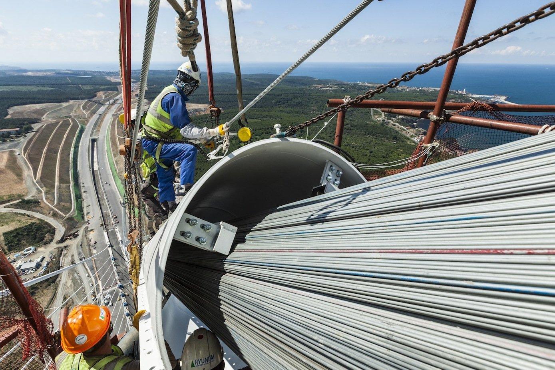 Arbeiten an den riesigen Stahlseilen.
