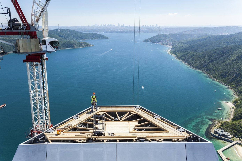 Blick von einem der beiden Brückenpfeiler über die Meerenge des Bosporus nach Instanbul im Hintergrund.
