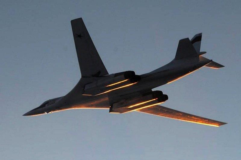 Je schneller der viermotorige Bomber Tu-160 fliegt, desto mehr legen sich die Tragflächen an den Rumpf an.