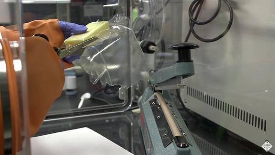 Diese Folie ist wirklich nur aus Milch hergestellt. US-Forscher nutzen dafür das in der Milch enthaltene Kasein.
