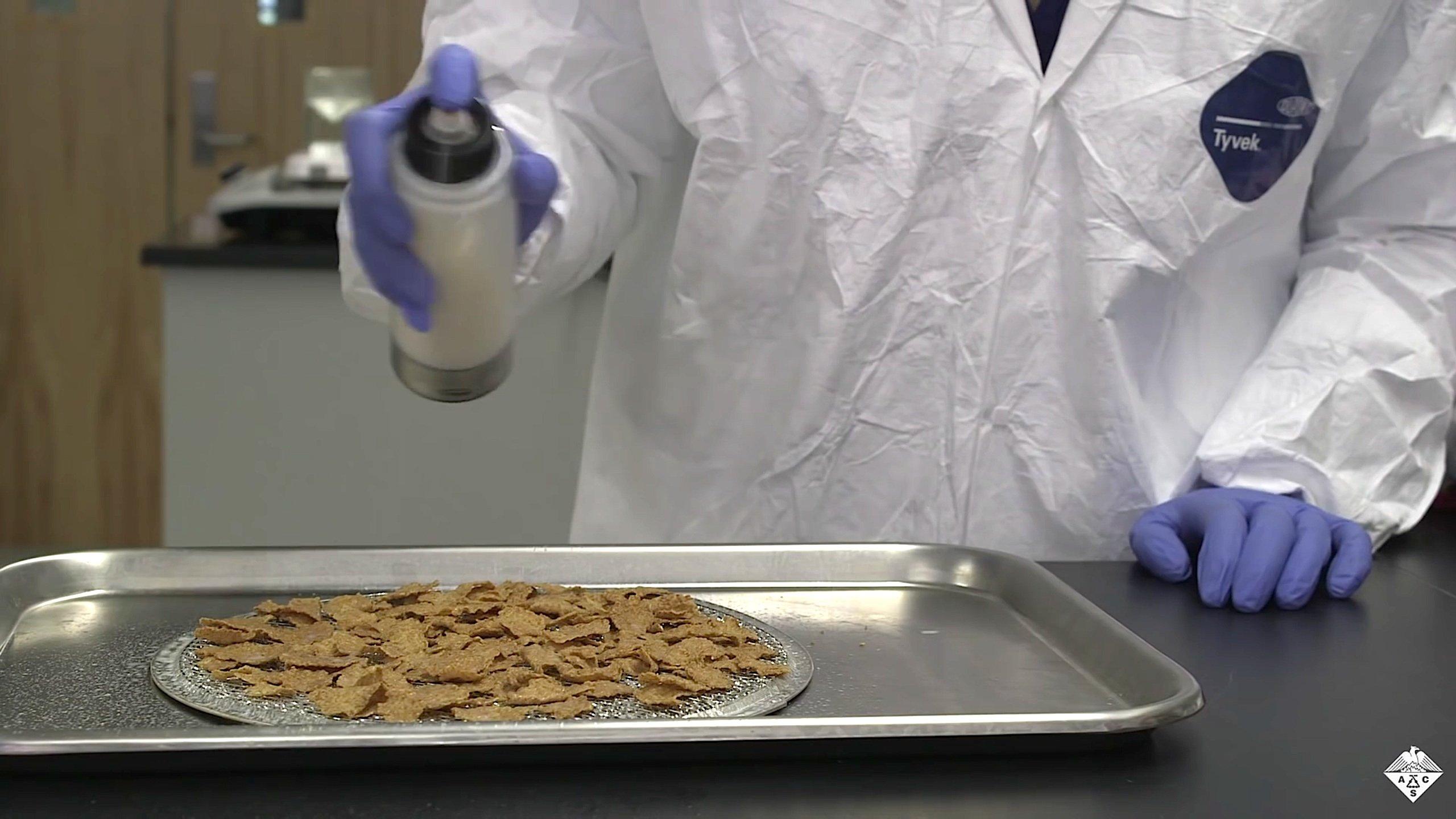 Auch zur Beschichtung von Cornflakes eignet sich das Folienmaterial in flüssiger Form. Es hält die Flakes kross. Dafür wird sonst eine Zuckerschicht benutzt.
