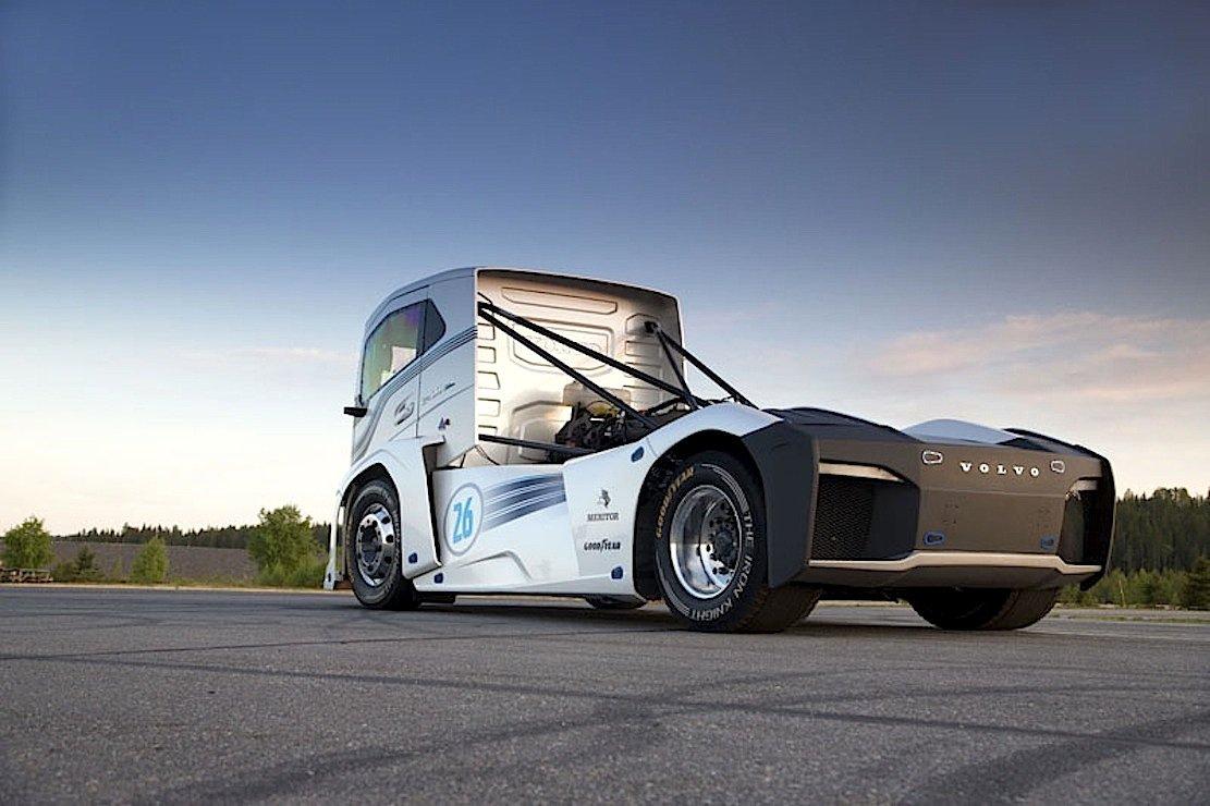 Das Fahrerhaus desVolvo-Trucks Iron Knight wurde aus Glasfasermaterial gefertigt, um Gewicht zu sparen. Die Zugmaschine wiegt 4,5 t.