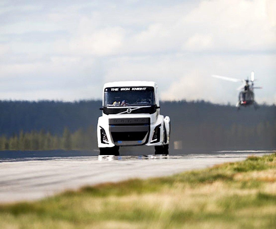 Der Volvo-Truck hat in nur 4,6 Sekunden von 0 auf 100 km/h beschleunigt.