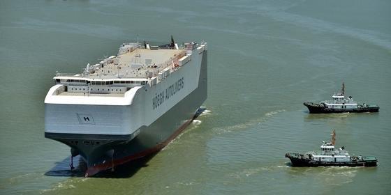 Rekord: Auf das 200 m lange und 36 m breite Schiff der norwegischen Reederei Höegh passen bis zu 8.500 Autos.