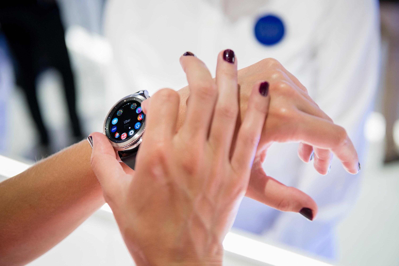 Neue Gear S3 von Samsung. Die Smartwatch hat ein 1,3 Zoll kleines Display, einen Dualcore-Prozessor und eine eSim zum mobilen Surfen.