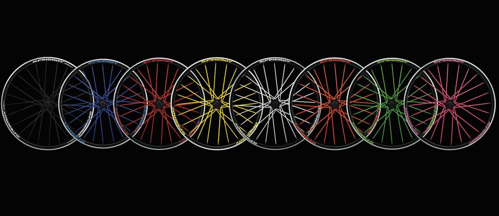 Farbige Laufräder vonSpinergy: Speichen aus Stahl wiegen zwischen 4 und 6 g. Speichen aus Hightechn-Fasern sind nur halb so schwer.