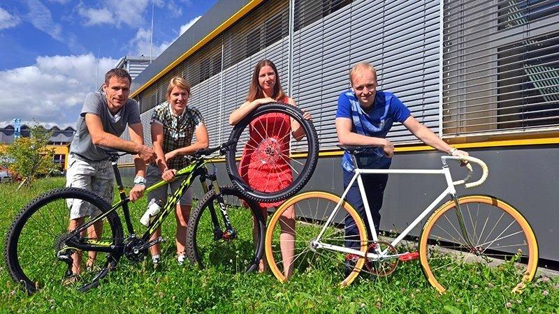 Haben die textilen Speichen entwickelt: Die vier Nachwuchsforscher Ingo Berbig (v.l.), Daniela Storch, Stephanie Mager und Dirk Fischer von der TU Chemnitz wollen jetzt ein Unternehmen gründen.