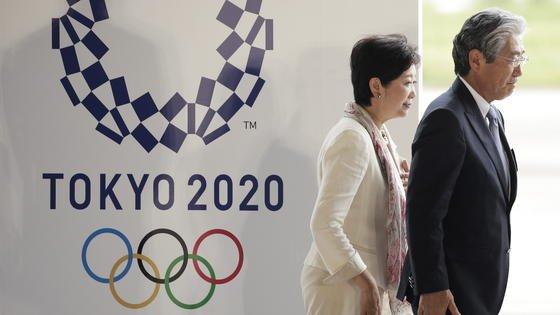 Die Vorbereitungen für die Olympischen Spiele 2020 in Tokio haben begonnen: Am 24. August 2016 wurde die neue Flagge gehisst und damit das offizielle Startzeichen für die Vorbereitungen gegeben. Im Bild zu sehen sindYuriko Koike, die frisch gewählte Gouverneurin von Tokio, und der Präsident des japanischen Olympic-KommitteesTsunekazu Takeda.