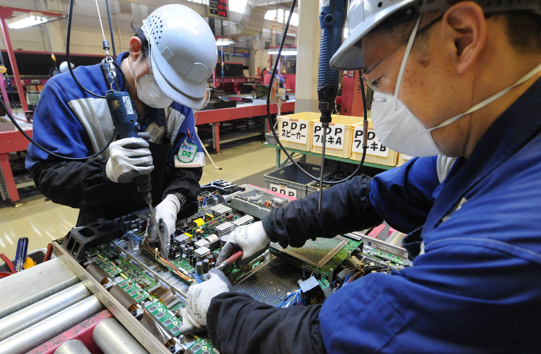 Mitarbeiter von Panasonic am Fließband: AusElektronikschrott gewonnenes Edelmetall wird auch dringend für neu zu produzierende Elektronik benötigt.
