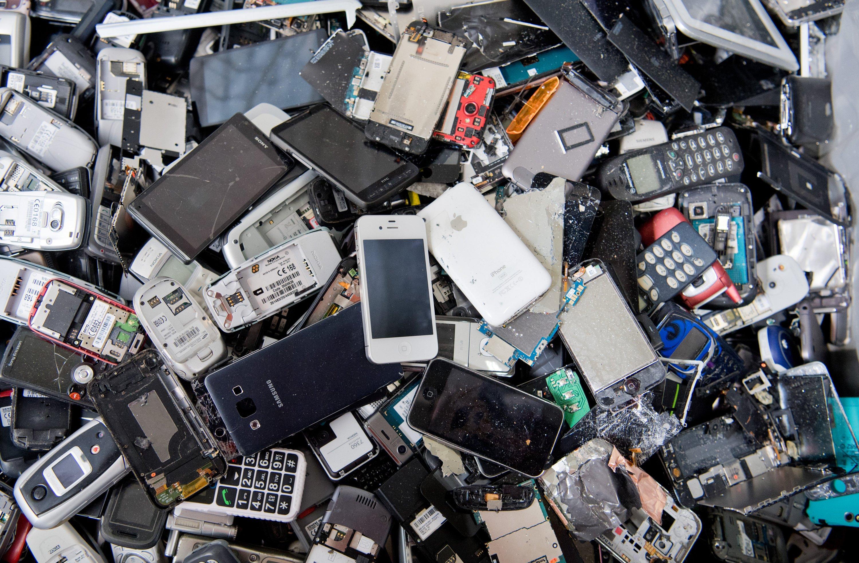 Alte Smartphones: In Japan werden jedes Jahr schätzungsweise 650.000 t Elektro- und Elektronikgeräte weggeworfen. Davon werden aber nur 100.000 t ordnungsgemäß entsorgt und wiederverwertet. Das soll sich ändern.