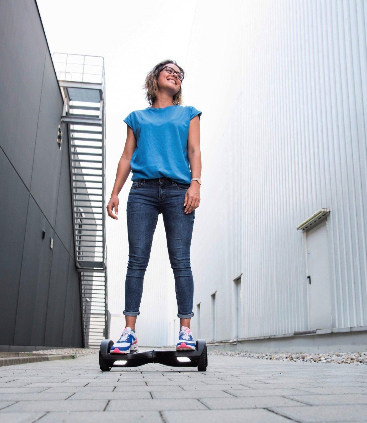 Die Hoverboards von Hama gibt es in zwei Varianten: Der Slalom-Cruiser im Bild ist etwas kompakter und mit seinen 16,5-Zentimeter-Reifen auf festem Untergrund wendiger als sein großer Bruder, der Cross-Cruiser.