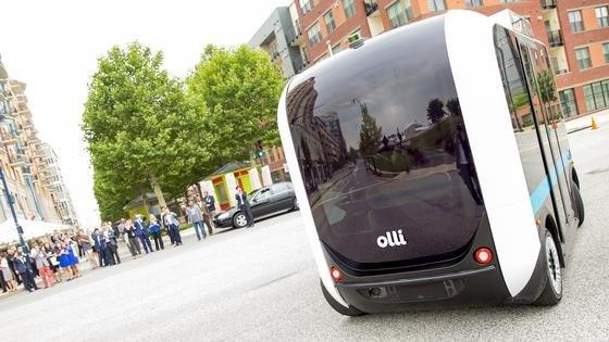Bitte einsteigen: Der Kleinbus Olli, dessen Karosserie im 3D-Druck entsteht, wird ab 2017 in Berlin gebaut. Der Bus fährt völlig autonom. Noch muss er deshalb auf Privatgelände bleiben.