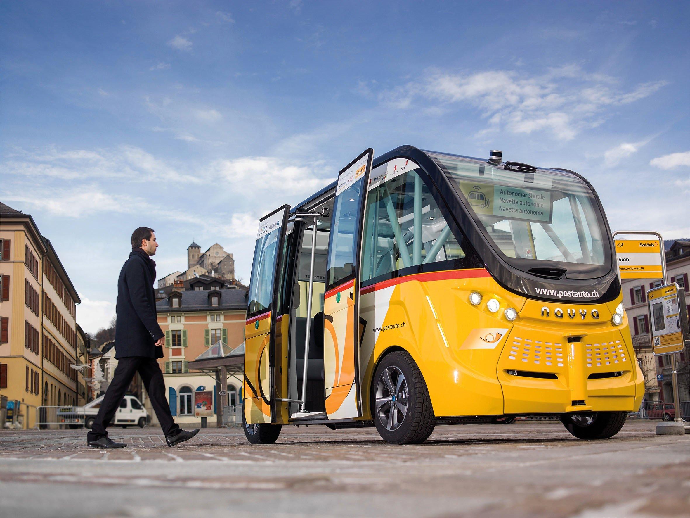 Der neue autonome Bus der Schweizer Post fährt derzeit im Alltagsbetrieb in Sitten Fahrgäste zum Bahnhof.