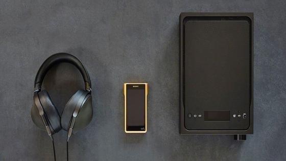 Dieses Trio kostet 7.600 Euro: der neue Walkman NW-WM1Z von Sony mit goldbeschichtetem Gehäuse, High-End-Kopfhörer und Verstärker. Das könnte der teuerste Walkman der Welt sein.