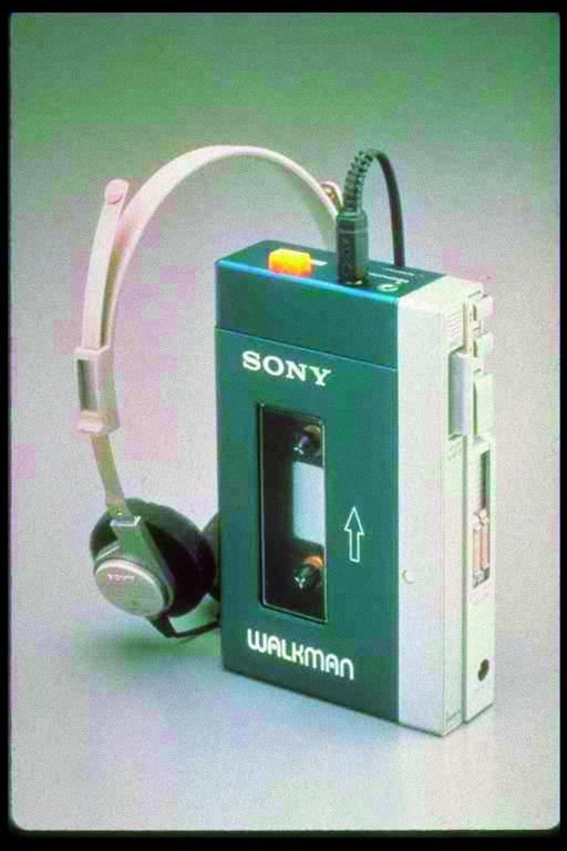 1979 brachte Sony den Walkman auf den Markt, der erstmals das Abspielen von Musikkassetten unterwegs erlaubte.