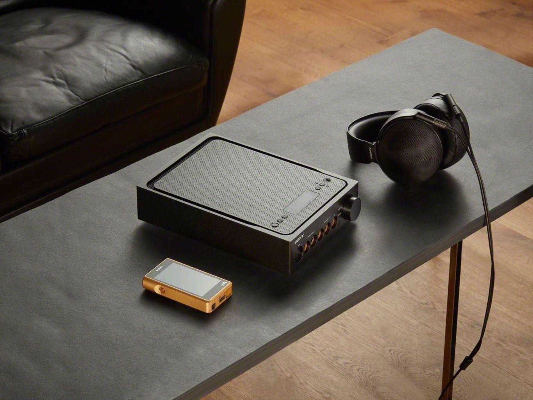Den Walkman kann man auch mobil benutzen – ohne den Verstärker. Für Zuhause empfiehlt Sony jedoch den Verstärker zur Verbesserung des Hörgenusses.