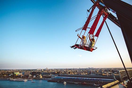 Over the Edge: Der Schaukelspaß in rund 100 m Höhe bietet einen grandiosen Ausblick auf Amsterdam – und Kribbeln im Bauch.