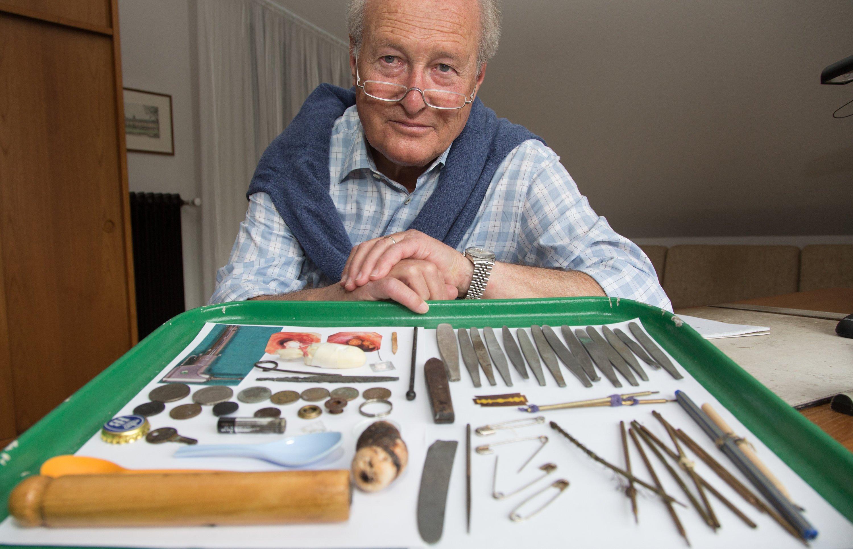 Der Internist Siegfried Miederer zeigt Gegenstände, die aus dem Körper von Patienten entfernt worden sind.