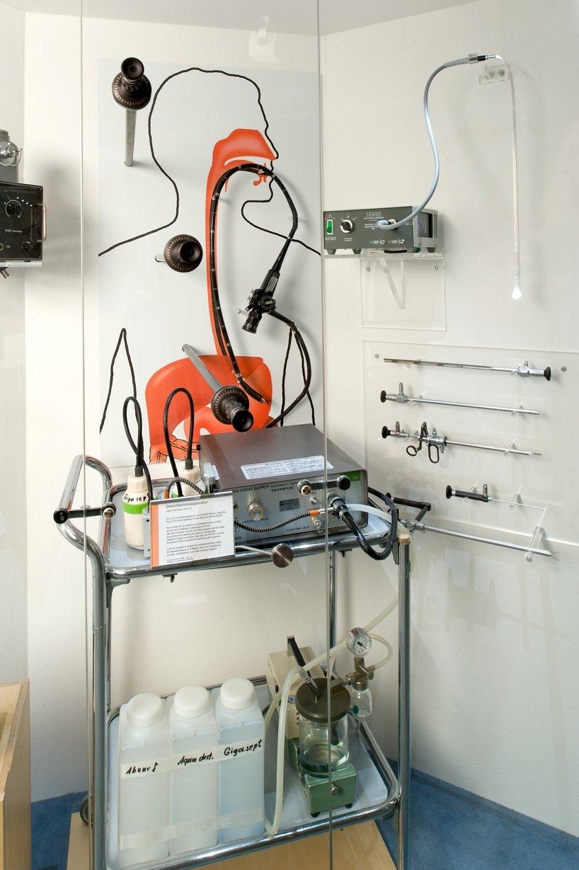 Die Desinfektionsapparatur des InternistenSiegfried Ernst Miederer aus dem Jahr1976 steht im Deutschen Museum in Bonn. Die Erfindungebnete der flexiblen Endoskopie den Weg in den klinischen Routinebetrieb. Mit dem Gerät hat Miederer vielen Patienten ungewöhnliche Gegenstände wie Batterien, Pinzetten, Kronkorken und Geldstücke aus dem Magen geholt.