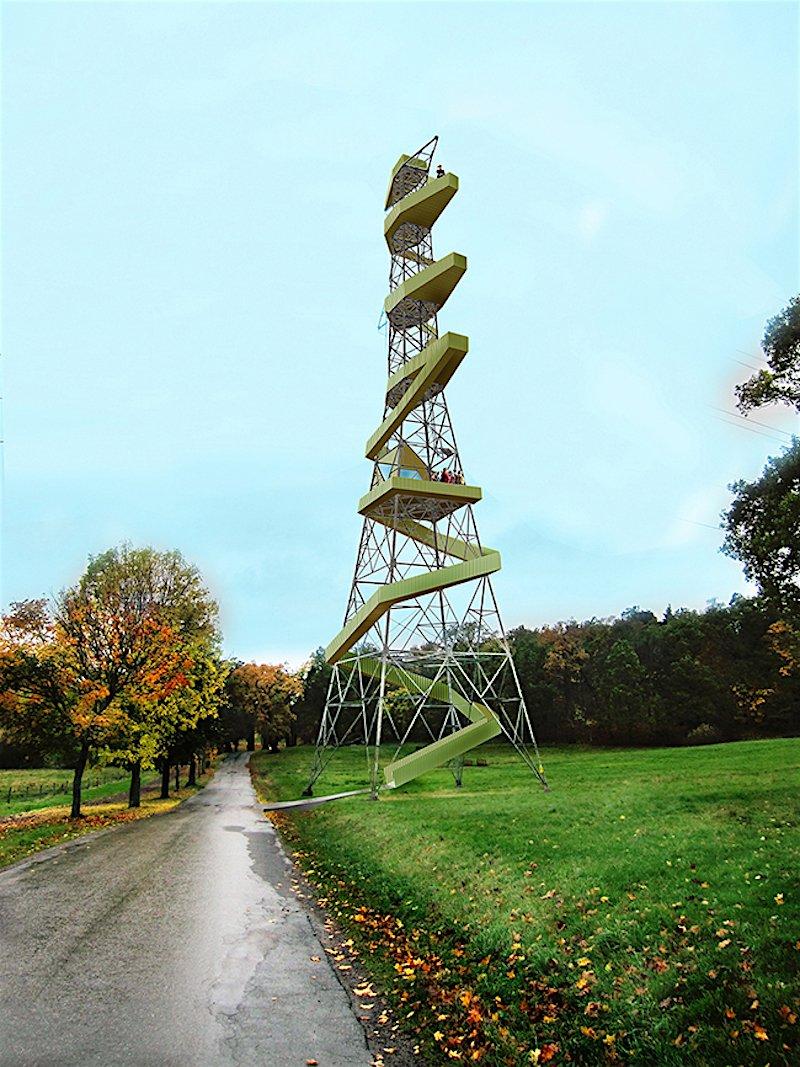 Schlangengleich windet sich die Wendeltreppe aus Holz hoch zu der hölzernen Aussichtsplattform.