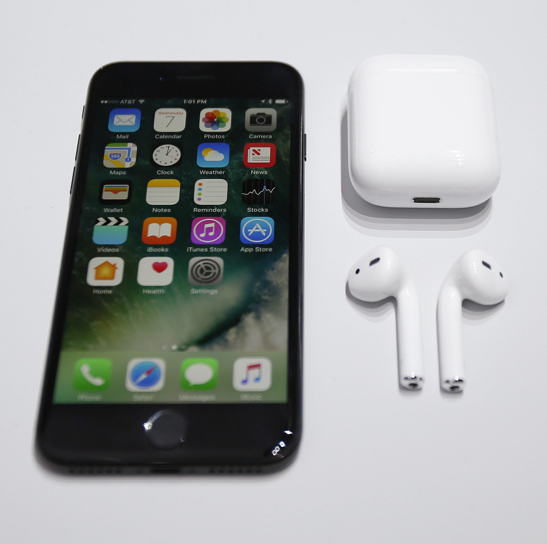 iPhone 7 mit drahtlosen Kopfhörern: Die AirPod-Kopfhörer von Apple kosten noch einmal 179 Euro extra. Kopfhörer mit Kabel kann man nur noch über ein Adapter an der Ladebuchse anschließen.