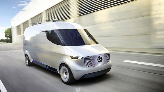 Der Vision Van von Mercedes ist ein Zustellfahrzeug der Zukunft: Seine Regale werden von Robotern optimal passend zu einer vorberechneten Route beladen. Gesteuert wird der E-Van per Joystick.