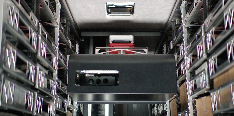 Ein Hubarm im Inneren des Transporters entnimmt an jeder Lieferadresse die Waren und übergibt sie dem Fahrer.