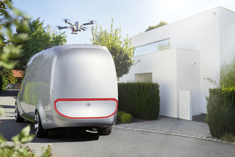 Der Transporter ist zudem mit zwei Drohnen ausgestattet, die Pakete bis 2 kg an entlegene Orte im Umkreis von 10 km zustellen können. Dies erspart dem Paketzustellung große Umwege und damit Zeit.