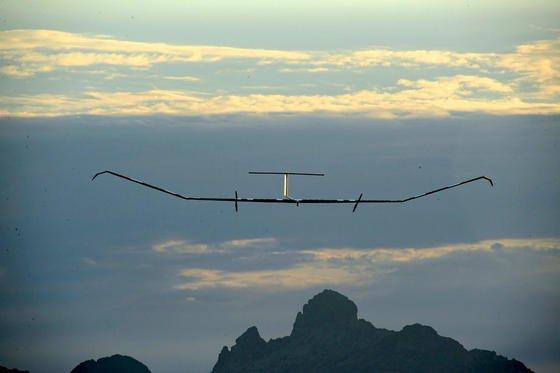 Landung einer Zeyphyr-Drohne von Airbus: Die Drohne hat eine Spannweite von 25 m und kann bis zu 45 Tage in der Luft bleiben.