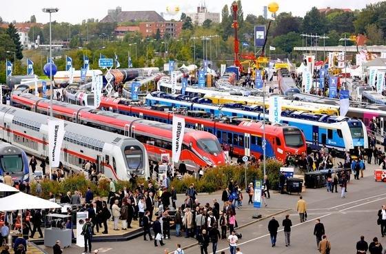 Das riesige Freigelände der InnoTrans: Auf 3,5 km Schienen präsentieren Hersteller Wagen, Loks und Schienen-Spezialfahrzeuge.