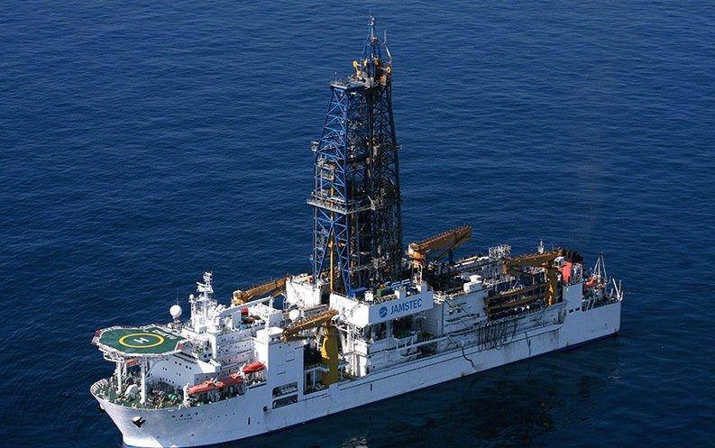 Das weltgrößte ForschungsschiffChikyu: Seine Mission diesmal ist es zu mären,welche Temperatur für Mikroorganismen zu hoch ist, um zu überleben.