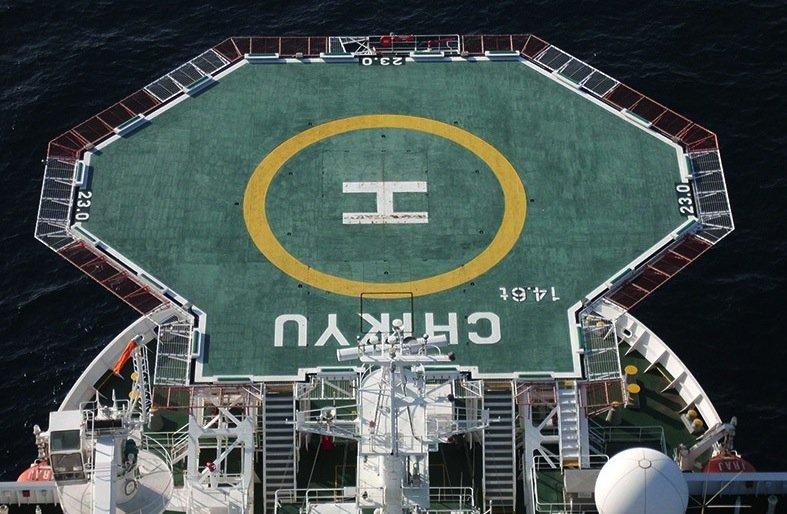 Mit dem Forschungsschiff ist ein Helikopter unterwegs. Proben von den Bohrungen werden direkt an Bord gecheckt. Finden die Wissenschaftler etwas Auffälliges werden sie per Helikpter sofort an Land zur Feinanalyse gebracht.