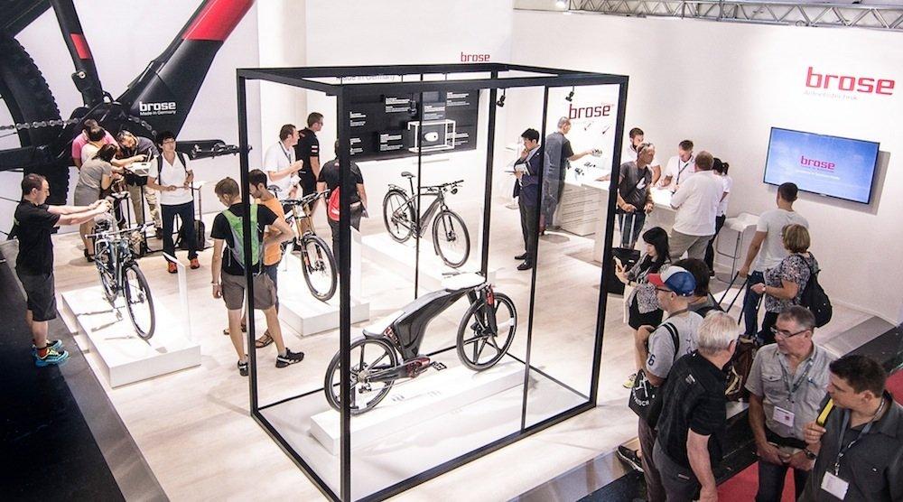 Rund 8.000 Besucher informierten sich bei der Fahrradmesse Eurobike am Brose Stand über Neuigkeiten des Unternehmens. Hinter Glas: das Visionbike.