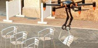 Die erste Drohne, die nicht nur fliegen, sondern auch aufräumen kann