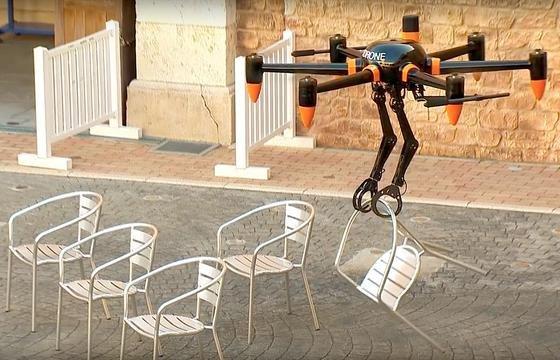 Die Drohne mit dem unmöglichen Namen PD6B-AW-ARM kann sogar Stühle an Ort und Stelle bringen.