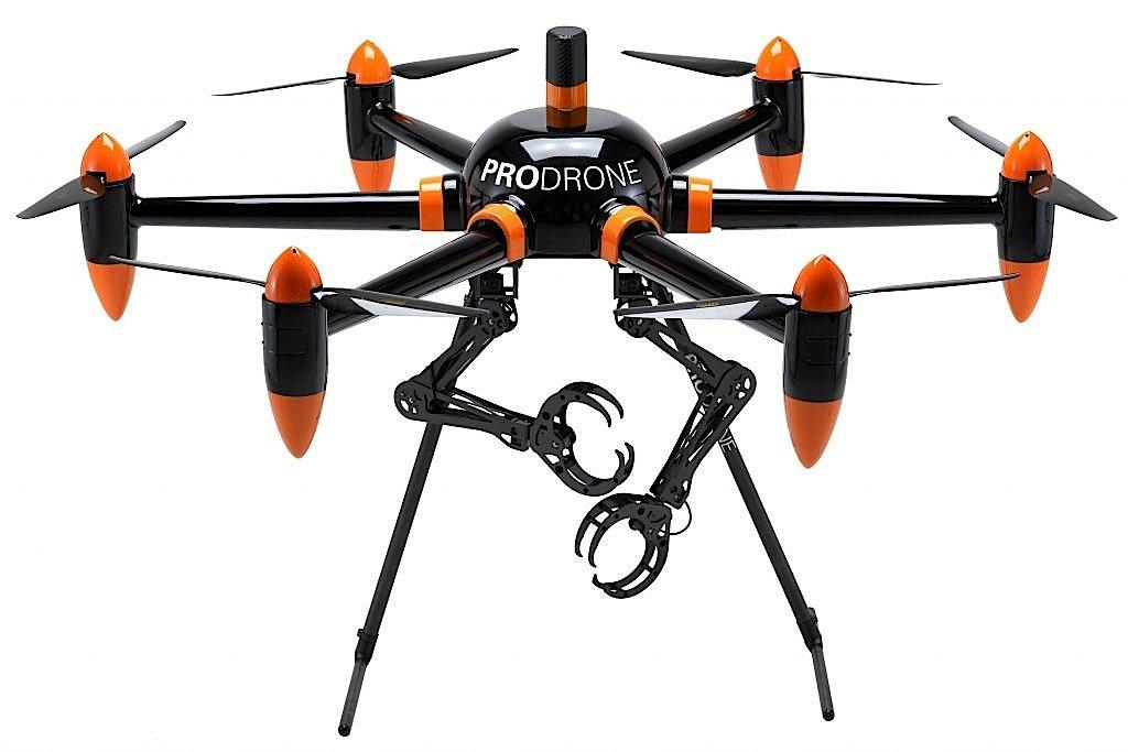 Die sechsrotorige Drohne von Prodrone ist zusätzlich mit zwei Greifarmen bestückt. Damit kann sie auch sperrige Lasten von bis zu 10 kg transportieren.
