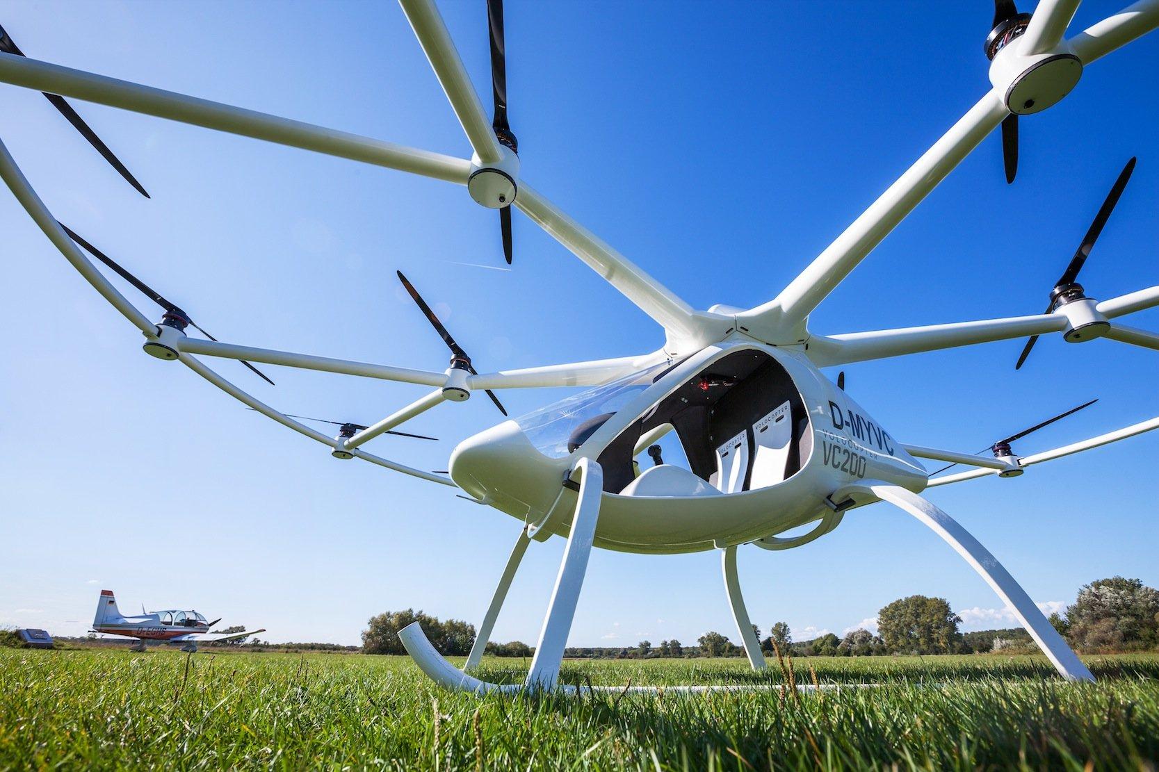 Der Volocopter VC200 wird von 18 Rotoren angetrieben: Jetzt hat das ungewöhnliche Fluggerät auch seinen ersten bemannten Flug erfolgreich absolviert.