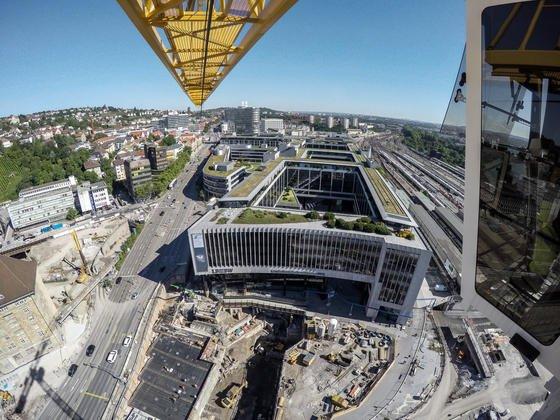 Obwohl die Bauarbeiten für den Tiefbahnhof Stuttgart 21 schon weit fortgeschritten sind, wird erst jetzt der Grundstein gelegt. Allerdings haben führende Politiker der Grünen, darunter Ministerpräsident Winfried Kretzschmann, abgesagt. Unterdessen fürchtet auch der Bundesrechnunghof, dass die Kosten für das Großprojekt auf zehn Milliarden Euro steigen könnten.
