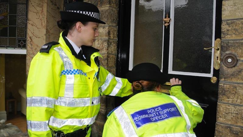 Die britische Polizei in West Yorkshire kann selbst latente Fingerabdrücke auswerten, die aus nur schwer sichtbaren Substanzen wie Drüsensekreten bestehen. Möglich macht das die sogenannte MALDI MSI-Methode.