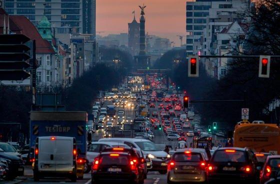 Morgendlicher Berufsverkehr in Berlin: Erstmals hat ein Gericht einer Großstadt Fahrverbote für Dieselfahrzeuge empfohlen. Anders könnte die Einhaltung der gesetzlichen Grenzwerte nicht geschafft werden.