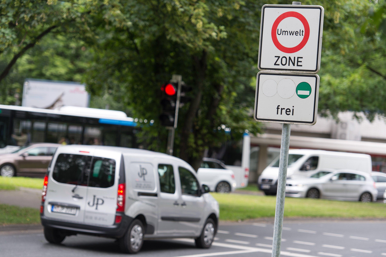 Umweltzone in Hannover: Weil Dieselfahrzeuge im Verkehr deutlich mehr Schadstoffe ausstoßen als bei den offiziellen Testreihen im Labor, hat die Einführung von Umweltzonen für