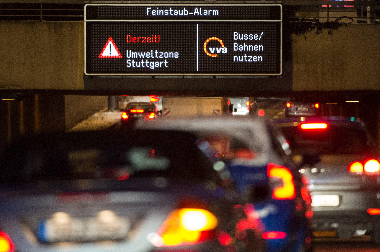 Feinstaubalarm in Stuttgart im Januar 2016: Obwohl in vielen Städten seit Jahren Grenzwerte nicht eingehalten werden, scheuen die Städte schärfere Maßnahmen wie Fahrverbote. Die Anwohner müssen mit den Folgen für die Gesundheit leben.