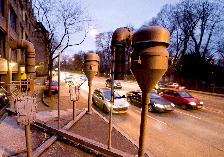 Messstation am Neckartor in Stuttgart: Obwohl in über 50 Ballungsräumen in Deutschland die Luftqualität an Hauptstraßen schlecht ist und die Schadstoffwerte über den Grenzwerten liegen, dürfen Dieselfahrzeuge als Hauptverursacher weiter in die Innenstädte fahren.