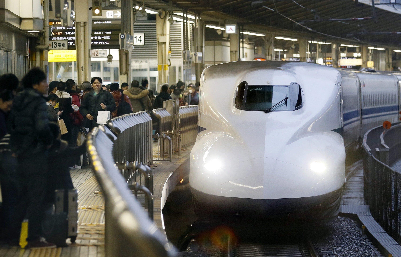 Ein Shinkansen der Baureihe N-700 fährt im Dezember 2012 in den Bahnhof in Tokio ein.
