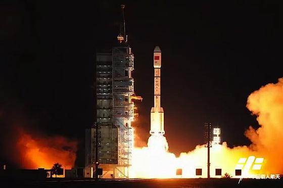 Die Trägerrakete Langer Marsch 2F startete in der Nacht zu Freitag vom Raumfahrtbahnhof Jiuquan in der Wüste Gobi. Die Rakete hat das neueRaummodul Himmelspalast 2 in seine Umlaufbahn gebracht.